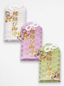 縁結び御守(各500円) ※白色は「対人」、 桃色は「恋愛」、緑色は「仕事」の御守です。